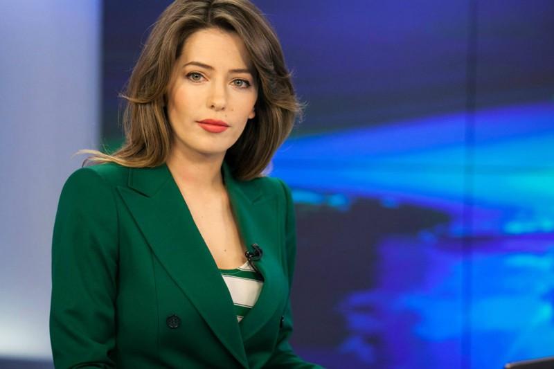 Видео с сексуальными российскими телеведущими, выпали из платья сиськи